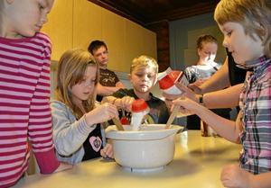 Här ska det bakas. Bröd ska det bli. Bagarna heter Mandreja Söderberg, Alva Hedborg, Måns Lassfolk och Emma Kroon. Bakom i bild ses Albin Wiklund och Catrine Lundberg.