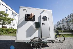 Ett hem på pedaler. Christoffer Svenssons cykelhus är bara två kvadratmeter stort men innehåller ändå det mesta han behöver.