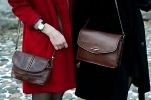 Handväskor hör till, Julia och Olivia har många olika.
