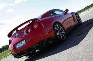 Världens vassaste serietillverkade sportbil. Nissan GT-R är – trots sitt format och sin höga matchvikt – ohyggligt snabb och lättfotad. Bilen innehar banrekordet på den klassiska nordslingan på tyska Nürburgring.