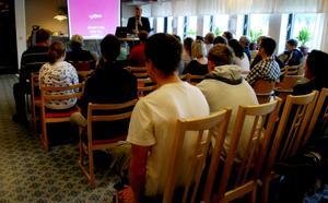 Runt 30 unga arbetslösa samlades under invigningen av You för att lyssna på de företag som ska erbjuda praktik. Foto: Lina Svalbro