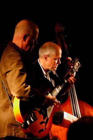 Mats Larsson och kapellmästaren Magnus Marcks finlirar vid gårdagens konsert på Movitz.