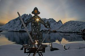 Rakt genom hjärtat kallar Marianne Ersson denna bild från Sund där hon fångat solens strålar som skiner genom skulpturen av fiskaren.