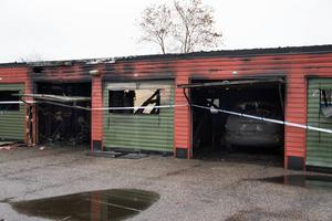 Några garage är nu öppna så man kan se rakt igenom dem. Det som finns inuti är förstört av elden.