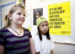 I anslutning till FN-dagen fick eleverna på Parkskolan i uppgift att skriva något med koppling till FN:s verksamhet. Hanna Persson, till vänster, skrev om att må bra, att alla borde få ha ett bra liv och Emilia Mässing om att familjer ska kunna träffas.