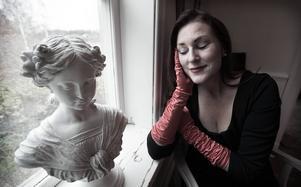 Artisten Annika Winhagen har tolkat Piaf under många år. Nu åker hon till Paris för att göra ett hyllningsframträdande.