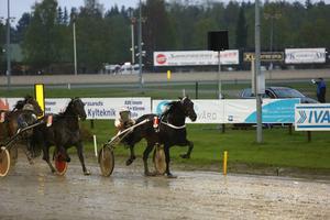 Östersundsbördige Per Linderoth klämde till med seger i lopp 3 med Le Lahar. Hästen ägs delvis av hockeyprofilerna Ulf Dahlén och Mats Sundin.   Foto: Hans Andersson