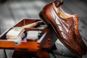Anders äger många par skor, och tillbehör att underhålla dem.
