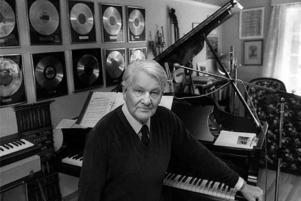 Sångarpastorn Artur Erikson bodde under många år på Rysslarsgården i Gagnef där väggarna i musikrummet pryddes av hans bästsäljande skivor. Inkomsterna från dem bidrog till att hålla missionshuset i skick. Foto: Arkiv