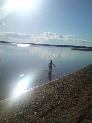 8. EN DAG VID STORSJÖN. Casper, 5, känner på vattnet. Inskickad av Jenny Eiderman, Sandviken.