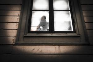 Enligt hyreslagen är det olagligt att ta betalt för hyreskontrakt. Straffet är böter eller fängelse i högst sex månader. Den som köper ett kontrakt har däremot inte gjort sig skyldig till något olagligt. (Personen på bilden har ingen koppling till innehållet i texten).