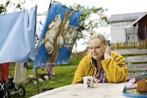 Jenny Lundgren, mamma till ett placerat barn, drabbas hårt av familjehemsuppsägningarna.