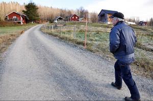 Som mjölkbonde är Conny Henriksson aldrig helt ledig. Det blir många turer mellan ligghallen och huset varje dag. Hunden Silva följer troget med.