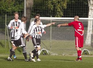 Per Åstrand gratuleras efter sitt 1–0-mål.