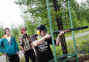 Leon Bergström, Linus Höglin och Mikael Moberg är tre av dem som har skjutit lerduvor i sommar och som idag har chans att vara med och tävla i klubbmästerskapet som anordnas av Ånga Jaktskutteklubb.