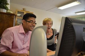 Omar Mohammed hjälper Margareta att boka flyg.