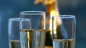 Champagne håller som dryck genom hela nyårsmenyn.