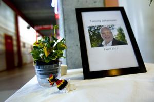 Minnesbord. På ett bord i Björkhagsskolan finns ett bord med ett fotografi på Tommy Johansson, ett ljus och en bok för att skriva en sista hälsning till honom i.