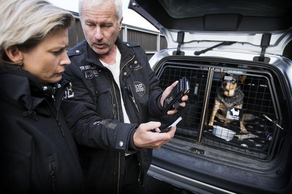 Poliserna Charlotte Glatter och Benny Andersson  lägger upp planen för hur de ska söka av området de blivit anvisade att söka av i jakten på stöldgods från ett villainbrott.