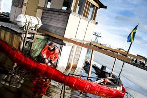 21 mars lägger Räddningstjänsten ut länsar för att förhindra spridning av olja från Ariel.