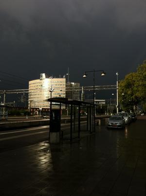 Tagen på Västerås Central den 10/8 kl.06.30. Otroligt häftiga kontraster.