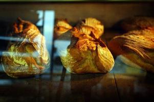 GRÄDDAS. En härlig doft spred sig i bageriet när bakverken skulle gräddas.