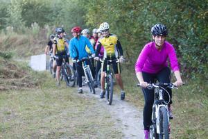 Varje onsdag träffas damerna utanför Nordansjö och cyklar.