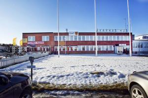 Fastigheten där Åkarnas Hus ligger är till salu. Hudiksvalls kommun vill köpa den för att få loss mark till nyetablering av handelsföretag.