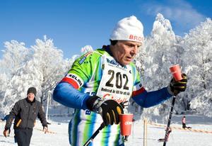 Arne Yngve Karlsson från Broby Goif fyller på med vätska.
