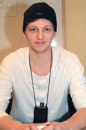 Daniel Norling. Ålder: 18 år. Bor: Oppala. Gör: Studerar, umgås med flickvännen på fritiden och spelar hockey.