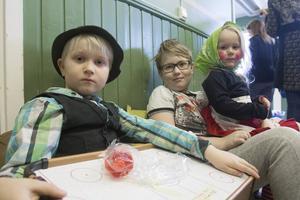 Oliwer Gawell med syskonen Neo och Leona var först i kön och lyckades hitta några fynd i leksakshörnan.
