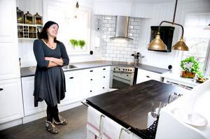 Jennie Alvarsson Tornbergs köksrenovering har pågått i fyra år. I våras blev ombyggnaden klar. Familjen utgick från bänkskivans färg när man planerade köket.