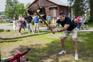 Niklas Sirviö från Självead testar slagstyrkan.