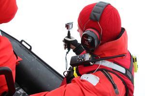 Niclas Fröjel, Sjöräddningssällskapet, filmar hundarnas arbete för utvärdering av övningen.