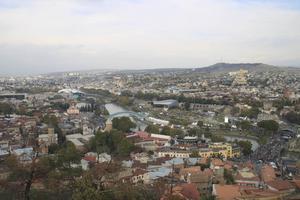 Huvudstaden Tbilisi delas av Mtkvari-floden. På bilden kan man se Fredsbron gjord i glas samt landets största georgisk-ortodoxa kyrka längre bort, kallad Sameba eller Holy Trinity Cathedral.   Foto: Mimmi Granat