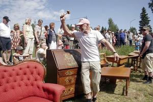 Den tre dagar långa auktionen efter samlaren och politikern Ivar Broberg lockade många på fredagen. Börje Petters ropar ut möblerna utanför Ivar Brobergs butik och hem i Hårte. Den fina röda soffan gick till Carina Scharin från Alnö.