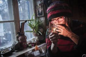 Diana Andersson lever utan el och rinnande vatten i ett 1800-talstorp ute till skogs.
