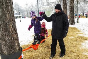 Lykke Heidenbeck fick hjälp i balanserandet av den 7-åriga kompisen Tilde Almqvist från Böle, som höll i och stabiliserade spännbandet, och hennes pappa Daniel Almqvist.