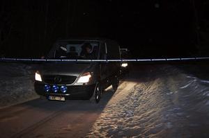 I går kväll lämnade polisens tekniker platsen där den 33-åriga Sundsvallsbon hittades mördad. Ungefär samtidigt fördes mordoffrets kvarlevor bort, men vägen mot E14 är fortfarande avspärrad.