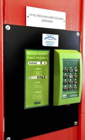 Skicka ett sms, och vänta på svaret som innehåller en kod som låser upp dörren. Så fungerar det nya systemet.