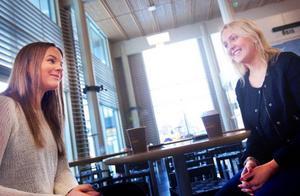 """""""Det kan nog vara bra om du är ny student"""", säger Marielle Palmqvist, till vänster i bilden. Hon och Linda Karlsson läser fristående kurser vid Miun.  Foto: Håkan Luthman"""