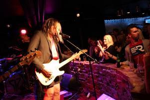 UNDERHÅLLANDE MELLANSNACK. Tomas Andersson är inte bara sångare och gitarrist utan en härlig estradör.