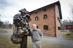 Anders Nyhlén driver Galleri Astley tillsammans med syskonen Elisabeth Astley Nyhlén och Hans Nyhlén. Vid 40-årsjubileet kommerhela magasinet fyllas med konst av den ryske konstnären Ernst Neizvestny. Utanför magasinet står några enstaka skulpturer av konstnären.