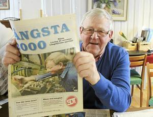 Lasse Boquist håller upp en Långshyttebilaga från en gammal Södran och vem finns där på första sidan om inte han själv.