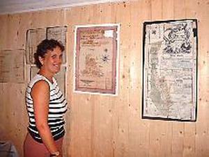 Foto: MARIANNE LUNDQVIST\nNyfiken. Anna-Karin Stockselius studerade bland annat kartorna över Sjökalla och Häckelsängs byar.\n