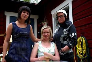 Utan färdtjänst. Petra Edbäck är rullstollsburen och helt beroende av assistenterna Karolina Larsson och Ida Augustine. När hon var på semester i Leksand hade hon flera gånger problem att få rullstollstaxi. Foto:Christian Larsen