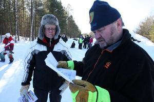 Kia och Bengt Östman läser på kartan för att hitta till nästa specialsträcka.
