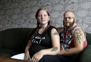 Linda Andersson och Thobias Nielsen har båda fått jobb på ABB, skaffat lägenhet i Hallstahammar och väntar barn i december.