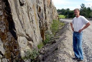 Bo Olsson anser att vattnet från berget inte kan rinna undan i diket längs med väg 631 ovanför hans bostad. Men Vägverket hävdar att diket hållits öppet under vägarbetstiden.