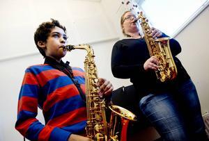 Mattias Lantz spelar altsaxofon. Här lirar han